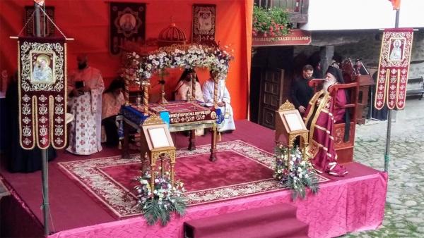 Вечерната служба в Троянския манастир на открито