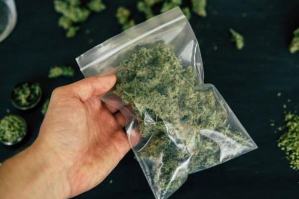 Трима души са привлечени като обвиняеми за притежание на наркотици