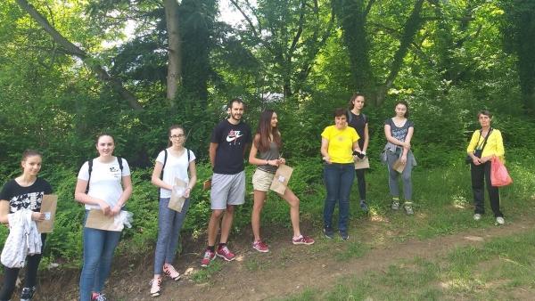 Младежи събраха билки за социалните домове в общината
