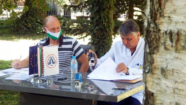 На снимката: Дан Френч - собственик и изпълнителен директор на Композит-Х и д-р Пенко Бамбов - управител на МБАЛ - Троян