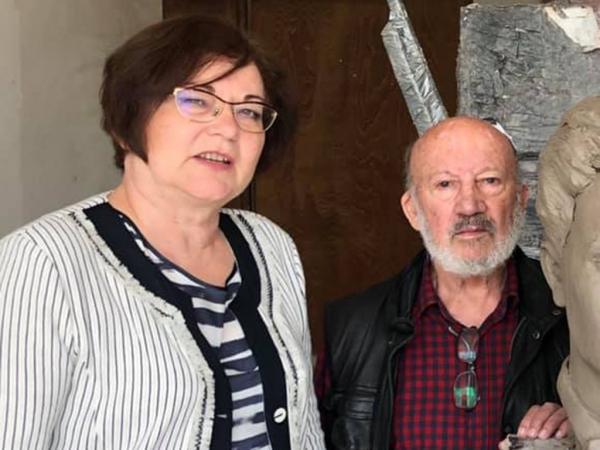 Кметът Михайлова и скулпторът проф. Георги Чапкънов до главата на паметника