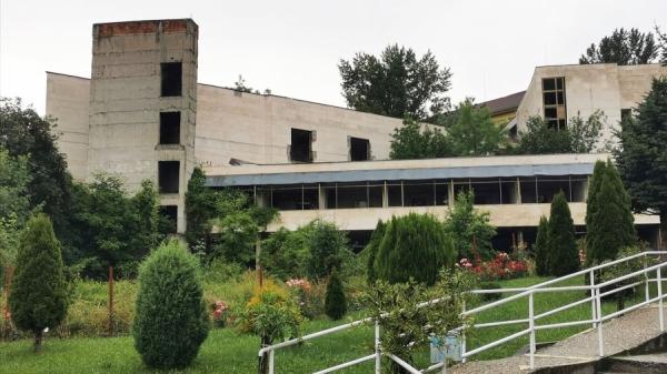 Недостроената поликлиника в Троян